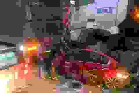 Xe container nghiền nát xe con trên phố Hà Nội, 3 người tử vong tại chỗ