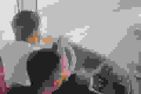 Tài xế vừa lái xe, vừa ăn mì tôm bị tước bằng 2 tháng, phạt 1,5 triệu đồng