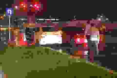 Hà Nội: Truy tìm ô tô lùi xe, xô đổ nhiều xe máy đang chờ đèn đỏ