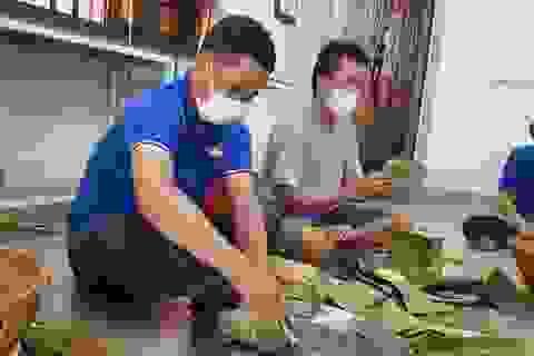 Đắk Lắk: Thầy giáo gói cả trăm chiếc bánh chưng gửi vào khu cách ly