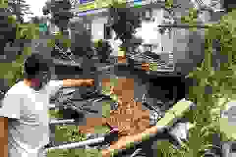 Sạt lở nghiêm trọng, hàng loạt nhà dân nguy cơ bị kéo sập xuống suối