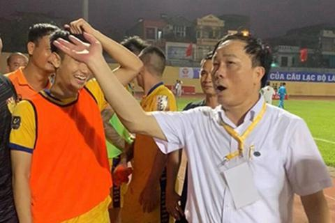 Bầu Đệ đòi bỏ giải và những câu chuyện cười ra nước mắt của V-League