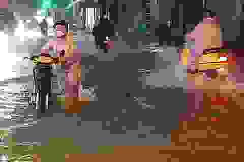 Mưa lớn kéo dài, TPHCM ngập khắp nơi