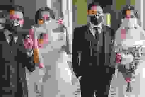 """Cặp đôi biến khẩu trang thành phụ kiện """"độc"""" chụp ảnh cưới"""