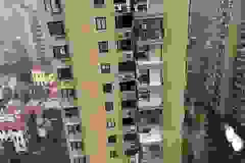 """""""Chung cư cao cấp"""" ở Trung Quốc bị bão thổi bay ban công, máy giặt"""
