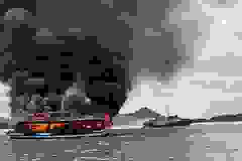 Tàu chở khách bốc cháy ngùn ngụt, 25 người may mắn thoát nạn