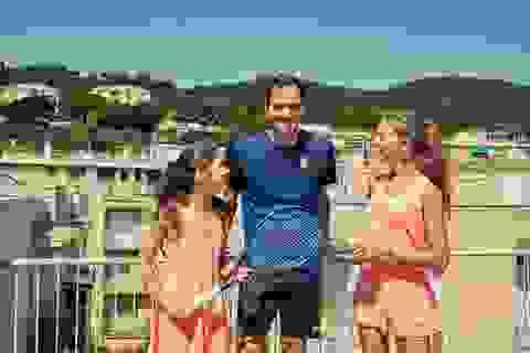 Chơi tennis kiểu cách ly mùa dịch, hai cô gái bất ngờ được Federer ghé thăm