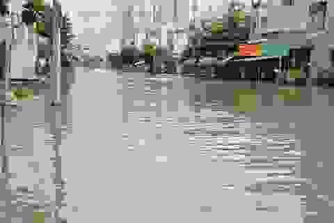 Khu dân cư bị nước bủa vây tứ phía ở Sài Gòn