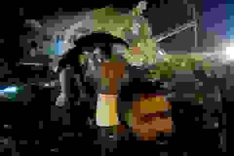 (Trực tiếp) Máy bay Ấn Độ chở 191 người trượt đường băng, vỡ làm đôi