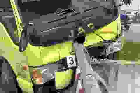 Xe tải đâm thẳng vào lan can cầu, tài xế văng xuống đường