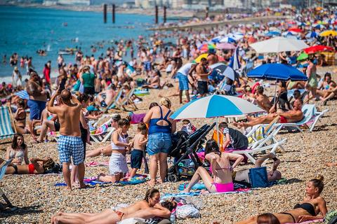 Bất chấp lệnh giãn cách Covid-19, người dân ùn ùn ra biển vì quá nóng