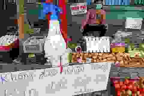 Ông chủ xăm trổ bán rau gây sốt và 2 triệu đồng từ cô gái quán Karaoke
