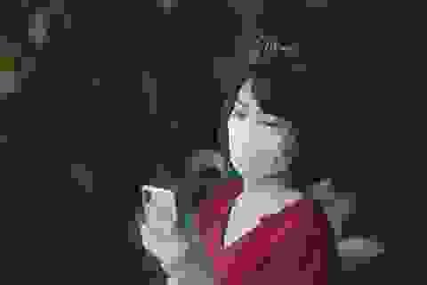 Hà Nội: Phụ huynh đeo khẩu trang ngóng chờ con làm bài thi Ngữ văn