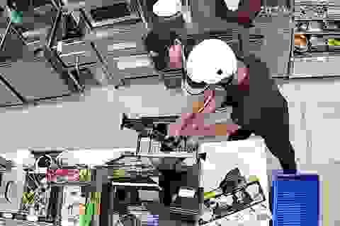 Đôi nam nữ cướp tiền ở cửa hàng tiện lợi trong 6 giây