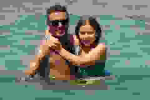 David Beckham cưng nựng con gái trên biển