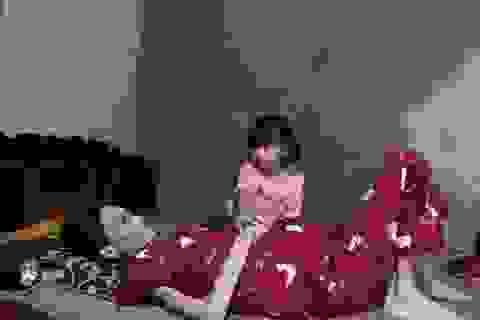 Đau đớn cảnh bé gái bịn rịn bên người mẹ thập tử nhất sinh