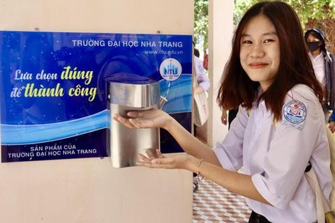 ĐH Nha Trang tặng máy rửa tay sát khuẩn tự động cho nhiều trường phổ thông