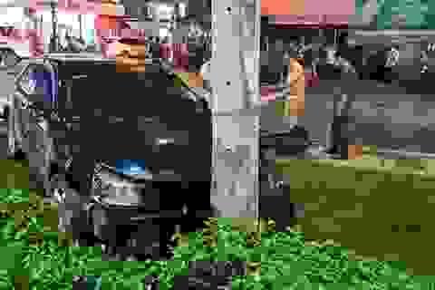 """Ô tô """"càn quét"""" 7 xe máy, nhiều người bị thương"""
