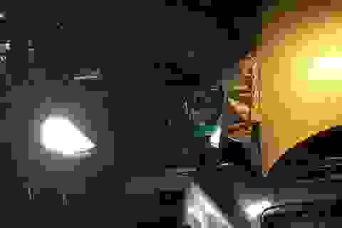 Cảm động câu chuyện anh taxi ngoại tỉnh sửa hộ xe giữa cơn mưa khuya tầm tã