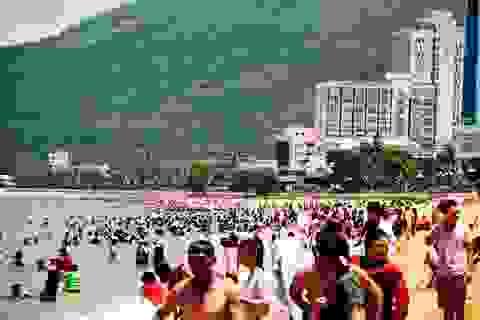 Kiểm điểm việc thu phí vệ sinh rác thải ở bãi biển Quy Nhơn với du khách