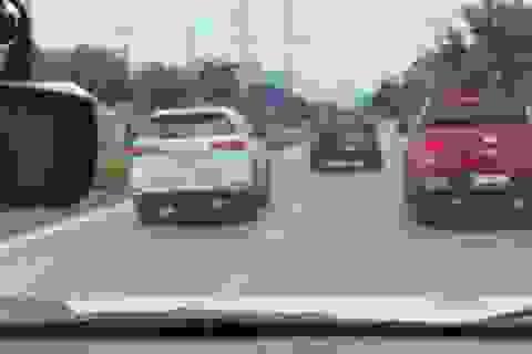 """15km truy đuổi xe ô tô phóng """"bạt mạng"""" với vận tốc gần 120 km/h"""