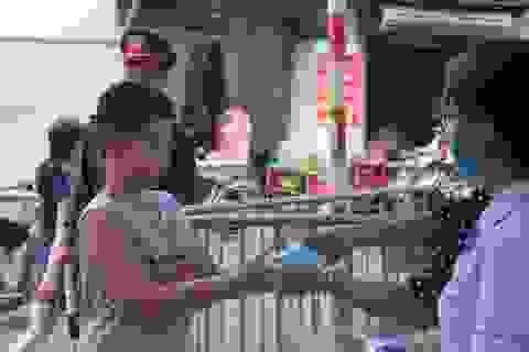 """""""Phố chợ"""" Hà Nội lập chốt nhắc nhở, tặng khẩu trang người dân"""