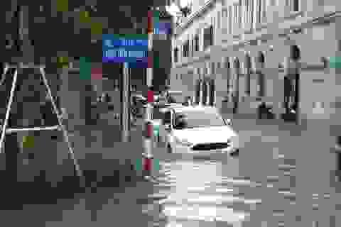 """Hà Nội mưa như trút, ô tô """"bơi"""" trong nước ở nhiều tuyến phố"""