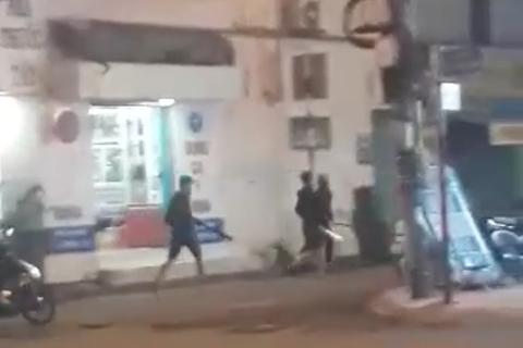 Hàng chục thanh niên cầm mã tấu la hét trên đường