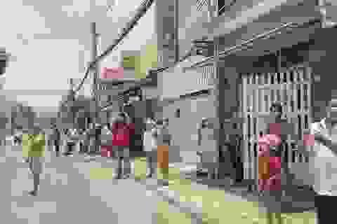 Hơn 900 người dân khu cách ly Covid-19 vui mừng trong ngày dỡ bỏ phong tỏa