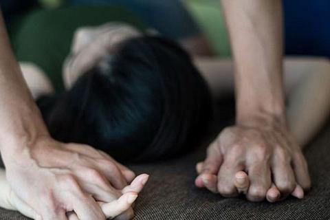 Thiếu niên 15 tuổi chặn đường, hiếp dâm cô gái cùng xã