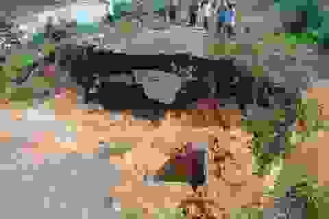 Mưa lớn gây ngập lụt, sạt lở khiến hơn 500 hộ dân bị cô lập