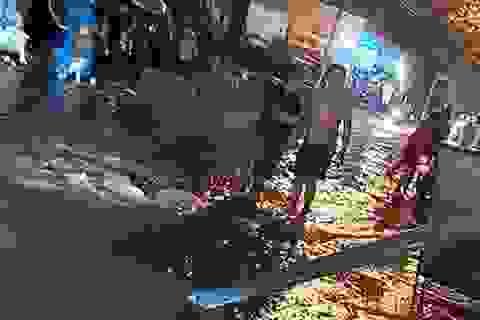 Ngã xuống đường ngập nước, 3 người nghi bị điện giật thương vong