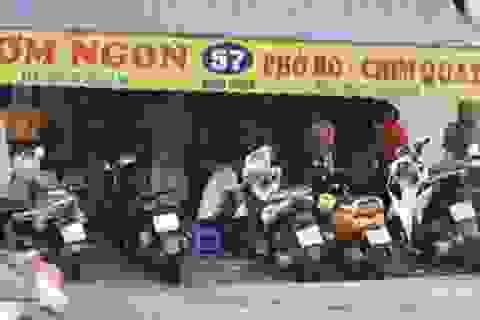 """Hà Nội: Hàng quán """"phớt lờ"""" lệnh giãn cách, """"thượng đế"""" vô tư ngồi sát nhau"""
