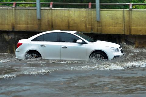 Mùa mưa bão, lái ô tô tránh để tránh thủy kích kẻo tốn cả trăm triệu sửa