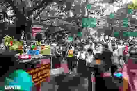 Đóng cửa Phủ Tây Hồ khi hàng trăm khách kéo đến lễ tháng Bảy
