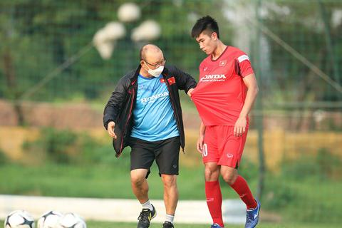 HLV Park Hang Seo nổi cáu, kéo áo cầu thủ U22 Việt Nam