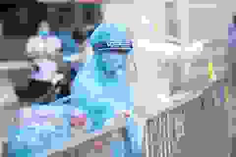 Cảnh tiếp tế qua hàng rào cách ly Bệnh viện E