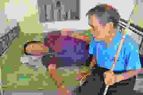 Thương cảnh người cha gần 90 tuổi lưng còng rạp chăm con gái bệnh tật