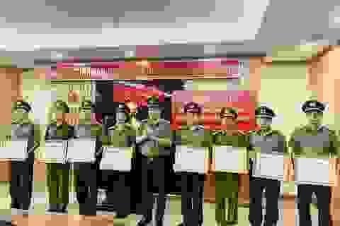 Khen thưởng lực lượng phá án 2 vụ cưỡng đoạt tiền tỉ của lãnh đạo huyện