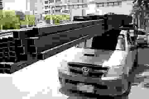 Ô tô bị ống thép dài 6m đâm xiên, tài xế thoát chết trong gang tấc