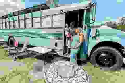 """Đôi vợ chồng trẻ biến xe bus thành nhà di động đẹp mê """"vi vu"""" khắp nước Mỹ"""
