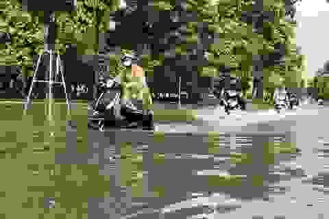 """Đường Hà Nội mênh mông nước, xe """"bơi"""" trên phố cổ"""
