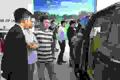 Nhập khẩu ô tô bất ngờ tăng mạnh mặc sức mua trong nước ảm đạm