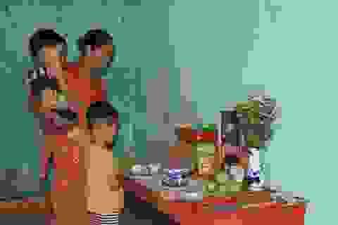 Đau nhói lòng cảnh anh em mồ côi khóc lạc giọng: Khi nào thì mẹ về với con?