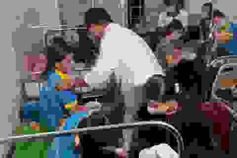 Hàng chục công nhân nhập viện sau ăn bánh mì