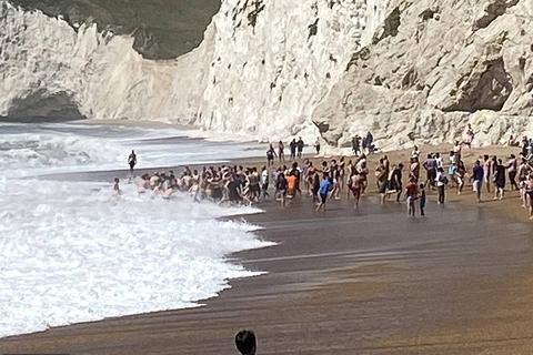 """Hàng chục người nắm tay nhau thành """"sợi dây"""" cứu nạn nhân đuối nước"""