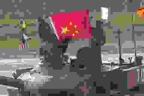 Đội tăng Trung Quốc cầm cờ ngược trong màn mừng chiến thắng tại Army Games