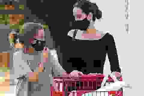 Angelina Jolie đưa con gái đi mua đồ dùng học tập