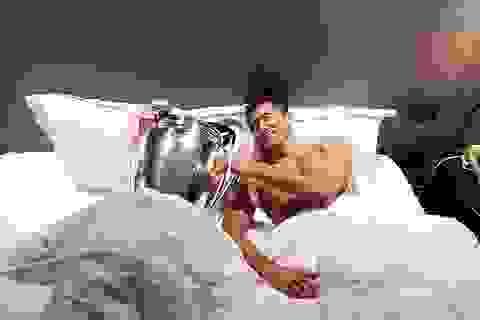 Lewandowski gây sốt khi ôm Cúp vô địch Champions League nằm ngủ