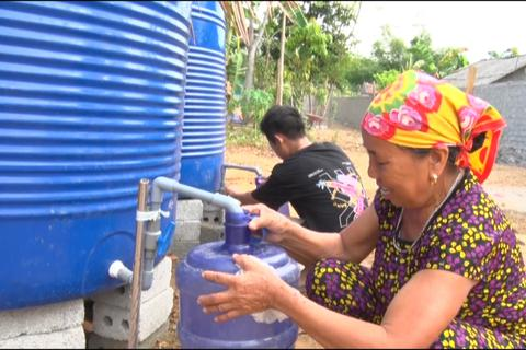 Lập điểm cấp nước sạch miễn phí cho người dân vùng hạn hán, xâm nhập mặn